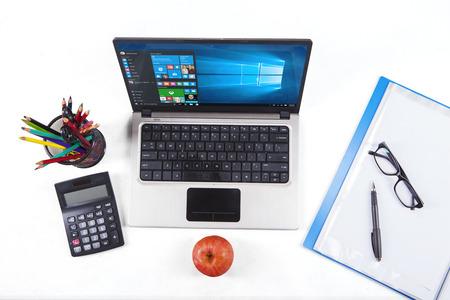 JAKARTA, 2 september 2015: Closup van briefpapier en laptop computer met behulp van de nieuwe software van Windows 10