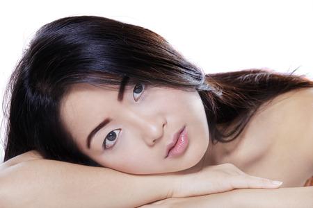 ojo humano: La mujer asiática hermosa con la piel perfecta y hermoso cabello negro mirando a la cámara Foto de archivo