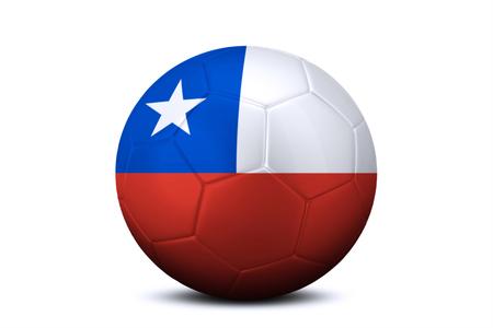 bandera de chile: Primer plano de un balón de fútbol con la bandera nacional de Chile, aislado en fondo blanco