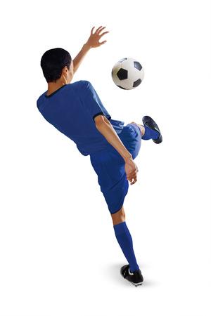 patada: Retrato de jugador de fútbol patear un balón de fútbol, ??aislado en fondo blanco