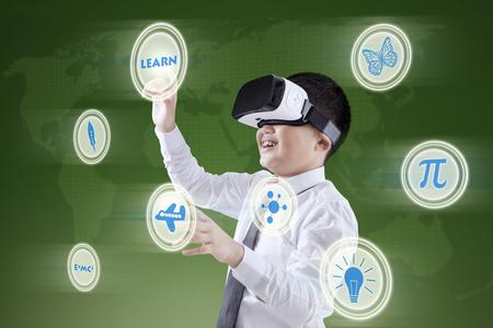 Portret van een kleine jongen met behulp van een virtueel scherm tijdens het dragen van virtual reality headset
