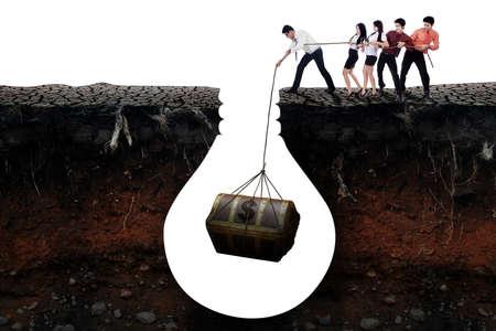 jovenes empresarios: Imagen de los j�venes empresarios trabajar juntos para conseguir un cofre del tesoro en el suelo, aislado en fondo blanco