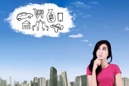 soñando: Foto de una mujer asiática joven imaginar su deseo mientras mira a la nube Foto de archivo