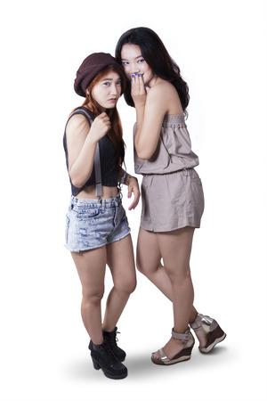 Po celé délce dvou dospívajících dívek, stojící ve studiu, zatímco klábosili spolu, izolovaných na bílém pozadí