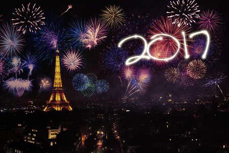 fuegos artificiales: Nuevo año 2017 la celebración en la Torre Eiffel con los fuegos artificiales de colores en la ciudad de París