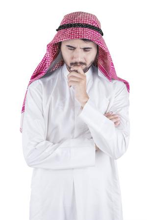 hombre pensando: Retrato de hombre pensativo con ropa árabe musulmanes idea de pensamiento en el estudio, aislado en fondo blanco