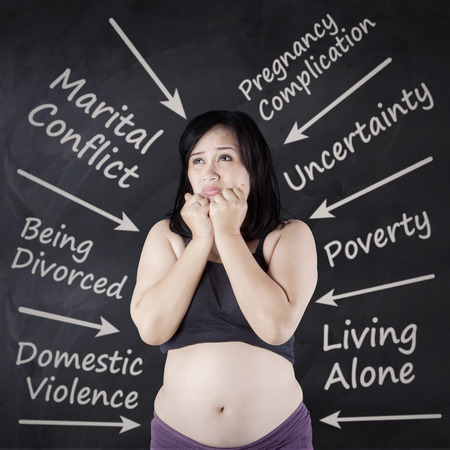 problemas familiares: La mujer embarazada se preocupaba por los problemas familiares con la flecha que señala a sí misma