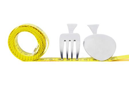 metro medir: Imagen de un metro de medición de color amarillo con una cuchara y tenedor, aislado en fondo blanco
