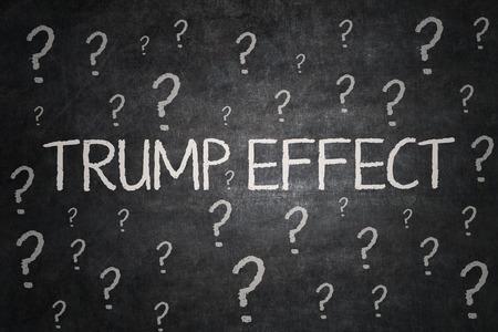 Imagen de signos de interrogación y palabra Trump Efecto en la pizarra. Que simboliza la incertidumbre de Trump efecto que el de un presidente Foto de archivo - 70270841