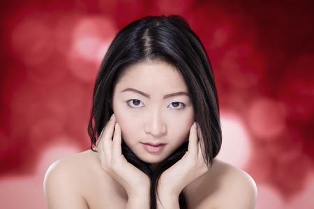 mujeres elegantes: Retrato del modelo bonito con elegantes de la cara, mirando a la cámara con el fondo del bokeh