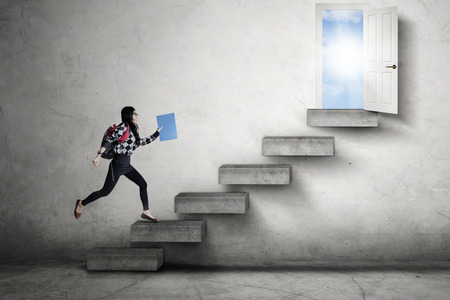 成功する機会につながる階段の上実行している女子高生