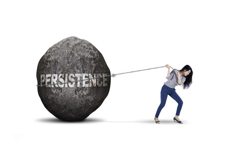 obstacle: Joven empresaria femenina está tirando de una gran piedra con la palabra persistencia, aislado en fondo blanco