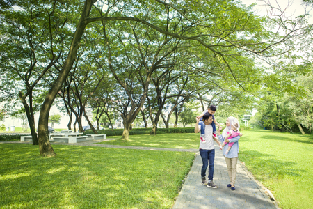 공원에서 산책하는 동안 자녀와 함께 시간을 보내고 무슬림 부모님의 이미지