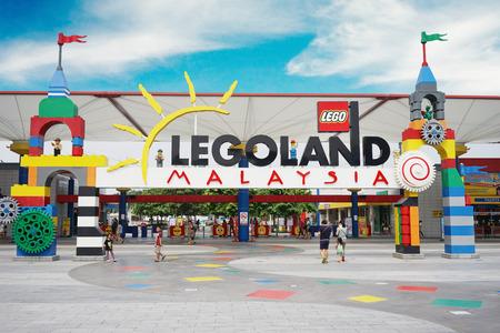 JOHOR, Maleisië. 20 april, 2017: De poort van de Toevlucht van Legoland Maleisië met reiziger die binnen lopen