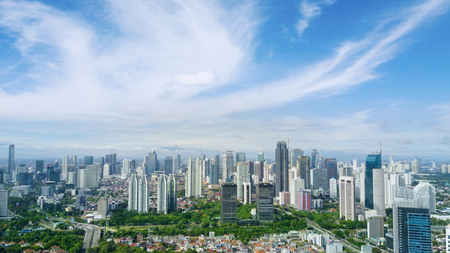 자카르타 인도네시아. 2017 년 5 월 12 일 : 맑은 하늘 아래 중앙 자카르타에서 고층 빌딩의 공중보기 에디토리얼