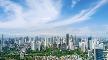 Jakarta, Indonesië. 12 mei, 2017: luchtmening van wolkenkrabbers in Centraal Jakarta onder duidelijke hemel Stockfoto - 78554255