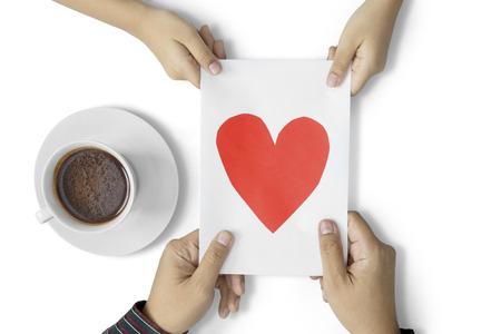 bebes niñas: Niño que da la tarjeta de felicitación a su padre con una taza de café en la tabla, aislado en el fondo blanco