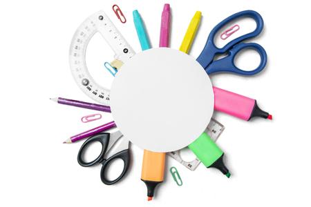 rotulador: Vista superior de un papel redondo en blanco sobre útiles escolares, aislado sobre fondo blanco