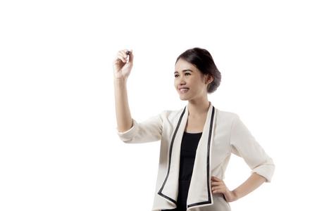 Foto van mooie zakenvrouw is aan het schrijven op transparant whiteboard, geïsoleerd op een witte achtergrond