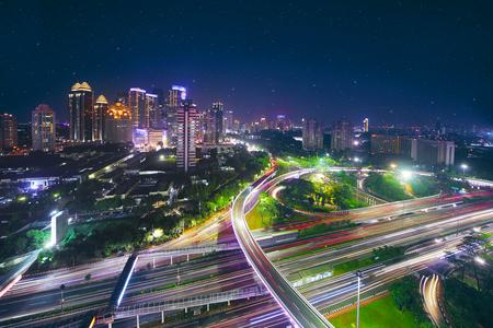 중앙 비즈니스에서 새로운 Semanggi 도로 교차로의 공중 전망. 아름다운 밤에 쐈어.