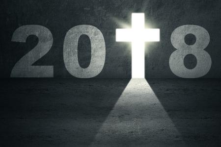 L'immagine dei numeri 2018 con un crocifisso luminoso ha modellato una porta. Concetto di nuovo anno 2018 Archivio Fotografico - 90217978