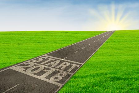 Image de route vide avec la ligne de départ et les numéros de 2018 à la lumière du soleil Banque d'images - 90058659