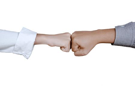 Handen van twee bedrijfsmensen die vuistbuil doen, die op witte achtergrond wordt geïsoleerd Stockfoto