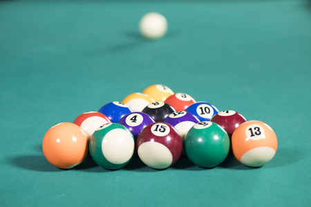 Image of fifteen billiard balls ready to play on the green pool table Banque d'images
