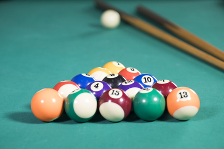 Image of white ball with two sticks and fifteen billiard balls on the pool table Banque d'images