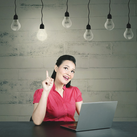 Young caucasian business woman having her aha moment getting bright ideas 스톡 콘텐츠
