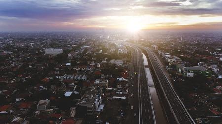 インドネシア・東ジャカルタのベカカイ・トールウェイの美しい空中夕日の景色