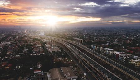 Mooie luchtfoto zonsopkomst uitzicht op tolweg van Jakarta naar Bekasi in West-Java, Indonesië Stockfoto - 97779545