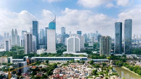 Jakarta, Indonesië. 12 maart 2018: Panoramisch uitzicht op het stadsbeeld van Jakarta met woonhuizen, moderne kantoor- en flatgebouwen geschoten vanaf een drone op zonnige dag