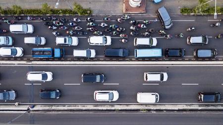Luftaufnahme des hektischen Verkehrs in Jakarta in der Hauptverkehrszeit mit Motorrädern und Autos auf der Straße