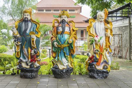 Image of Chinese God statue of Fortune, Prosperity and Longevity at Avalokitesvara pagoda in Vihara Buddhagaya Watugong, Indonesia 版權商用圖片