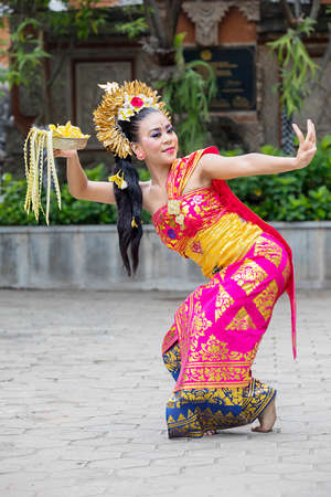 Portrait of a beautiful woman dancer performing traditional Balinese dance in the temple Imagens