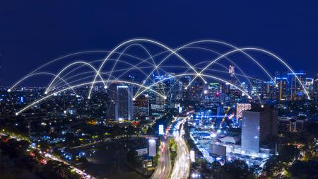 Vista aérea del hermoso paisaje urbano de Yakarta con red de conexión por la noche