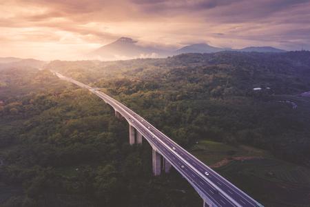 Vue aérienne de l'autoroute à péage de Salatiga au coucher du soleil dans le centre de Java, Indonésie