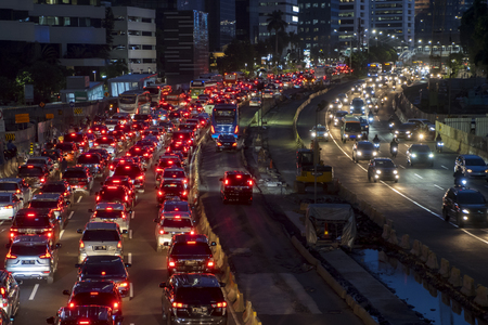 GIACARTA - Indonesia. 27 marzo 2019: Vista dall'alto del traffico intenso di notte nella città di Giacarta