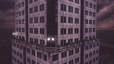 Vista aérea de la aterradora torre de oficinas de Saidah abandonada con ventanas oscuras