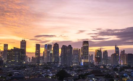Bel horizon de lever de soleil avec des gratte-ciel dans la ville de Jakarta