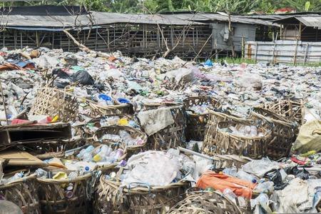 Zdjęcie przedstawiające stertę śmieci z plastikowych butelek na wysypisku śmieci w Dżakarcie w Indonezji
