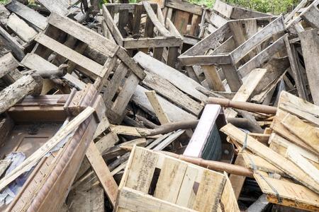 Close up van sloophout stapels in een stortplaats. Geschoten in Jakarta, Indonesië