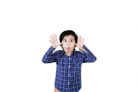 Imagen de un niño pequeño burlándose de alguien sacando la lengua a la cámara, aislado en blanco