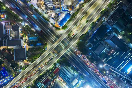 Jakarta, Indonesia - 05 dicembre 2019: Bella città di Jakarta con cavalcavia e grattacielo di notte Editoriali