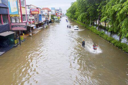 YAKARTA, Indonesia - 13 de enero de 2020: Vista aérea de vehículos que cruzan la inundación en alguna residencia en la ciudad de Yakarta Foto de archivo