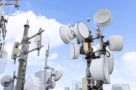 Several radio masts with their receiver panels on the peak of a skyscraper Banque d'images