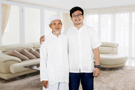 父亲和儿子的家庭照片在家在家期间的Eid穆巴拉克庆祝期间