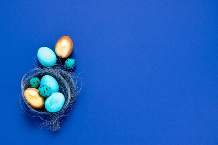 Happy easter concept. Festive spring composition blue small big eggs in a nest on a fashionable minimalistic background. Banque d'images