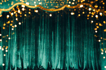 The green curtain made of luxurious velvet on the stage of the theater is fantastically glittering 免版税图像